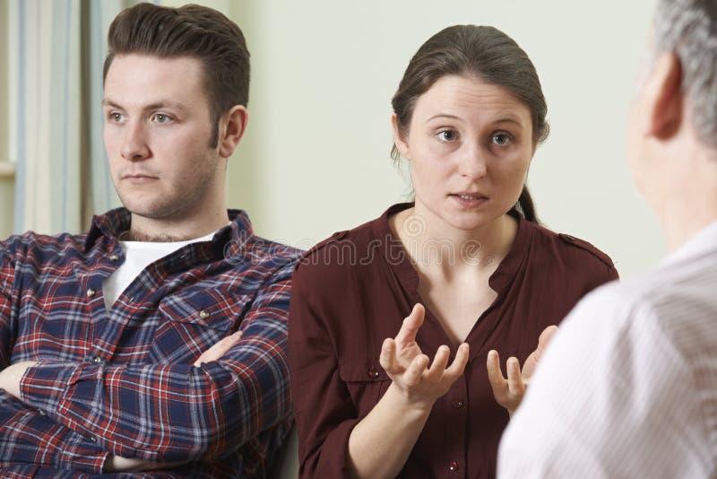 Пары обсуждая проблемы с консультантом отношения стоковые фото