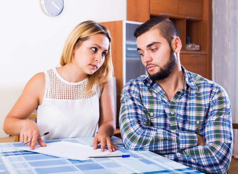 Пары обсуждая серьезную финансовую ситуацию стоковое изображение rf