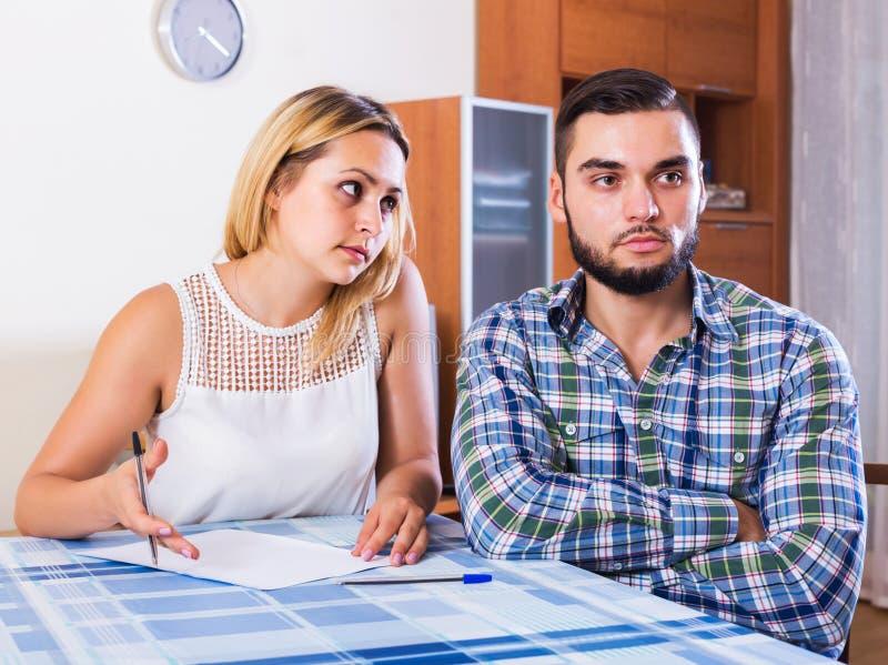 Пары обсуждая серьезную финансовую ситуацию стоковая фотография