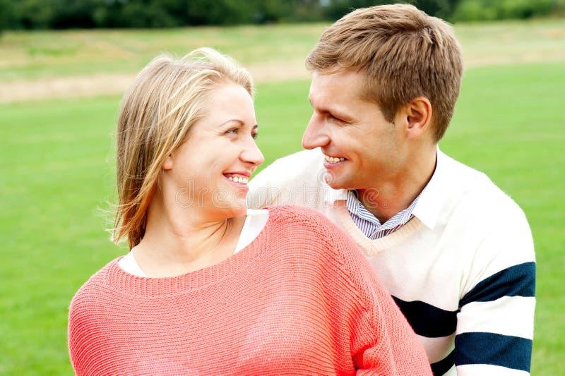 Пары один другого и сь heartily стоковые фото