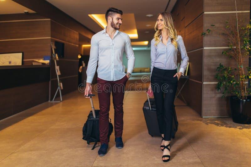 Пары около приемной в гостинице Молодые пары покидая гостиница стоковые изображения