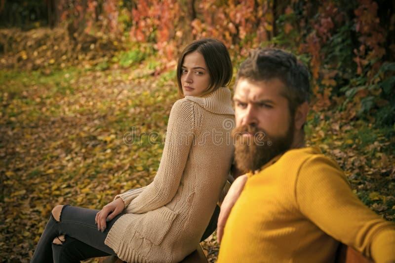 Пары осени счастливые девушки и человека внешних стоковые изображения
