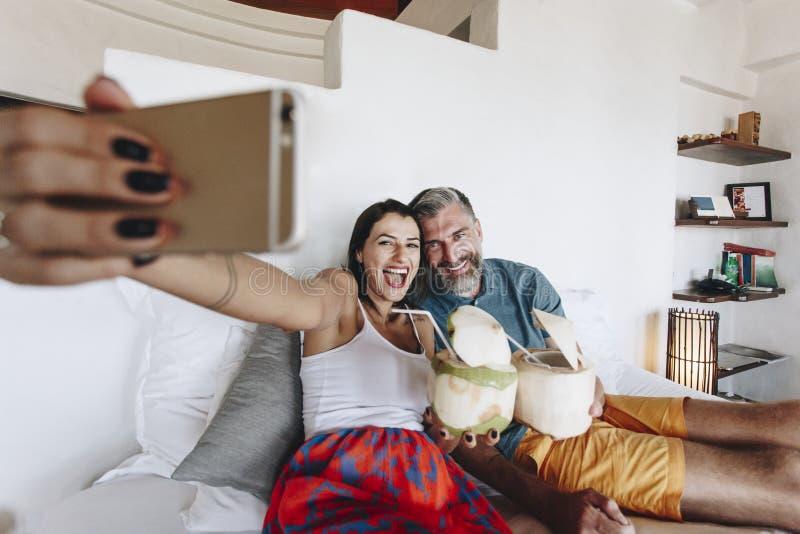 Пары ослабляя на кровати стоковые фото