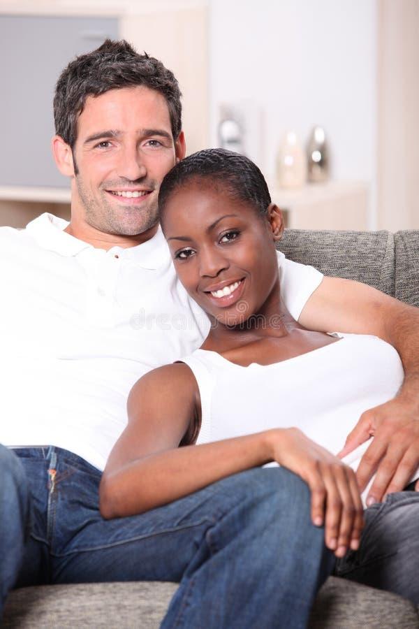 Пары ослабляя на кресле стоковое изображение