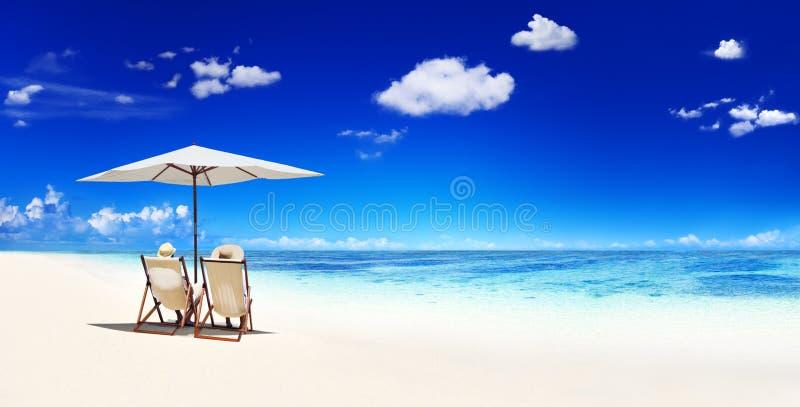 Пары ослабляя на пляже стоковые фотографии rf
