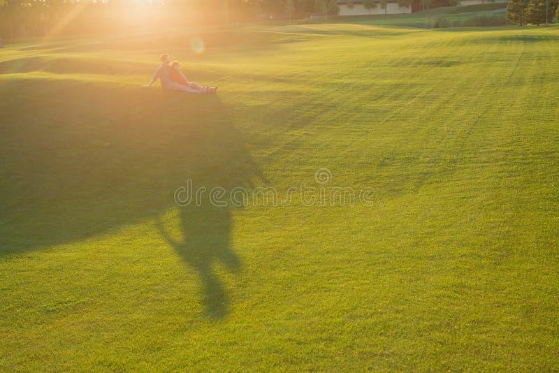 Пары отдыхая совместно сельская местность стоковое изображение rf