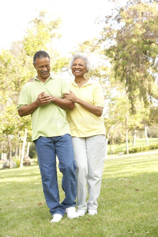 пары паркуют старший гулять стоковые фото