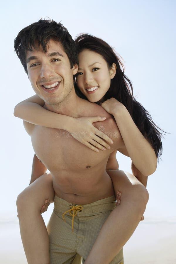 Пары перевозить на пляже стоковое изображение