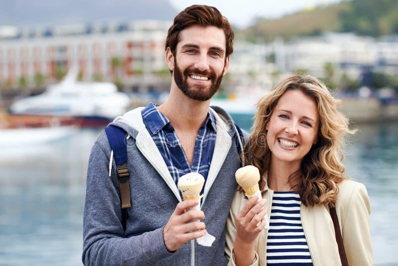 Пары перемещения наслаждаясь мороженым стоковые фотографии rf