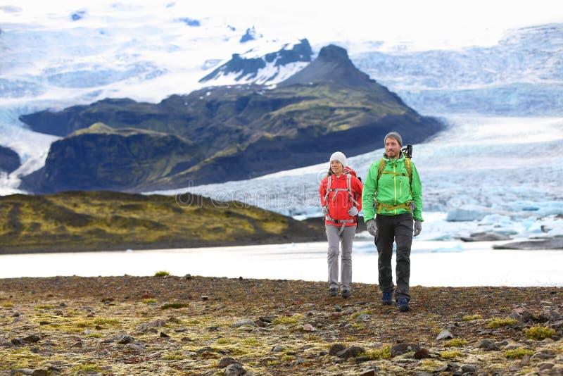 Пары перемещения приключения пешие trekking на Исландии стоковые изображения rf