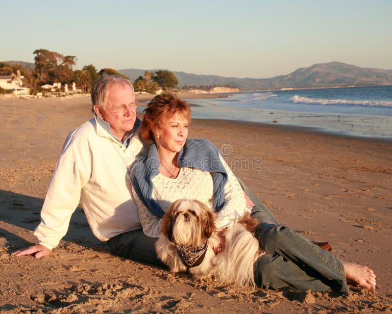 пары пляжа зреют стоковое фото