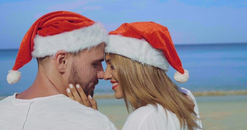 Пары пляжа рождества красивые стоковое изображение rf