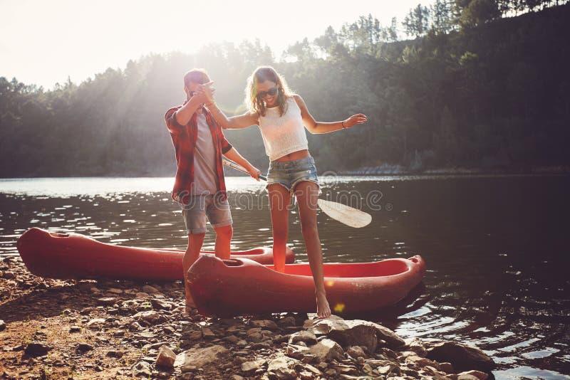 Пары после езды каное стоковое фото rf