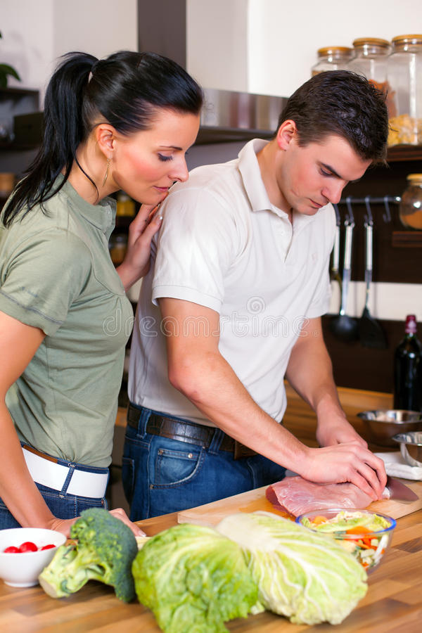 Download Пары подготавливая обед в кухне Стоковое Фото - изображение насчитывающей нутряно, еда: 33730822