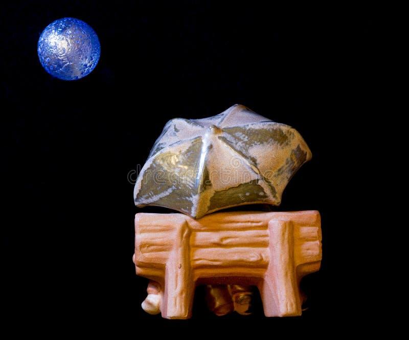 Пары под голубой луной целуя за зонтиком, космосом экземпляра стоковые фото