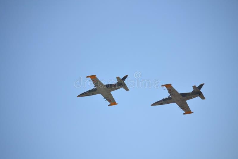 Пары полета с выполнением фигур высшего пилотажа военного самолета стоковые изображения rf