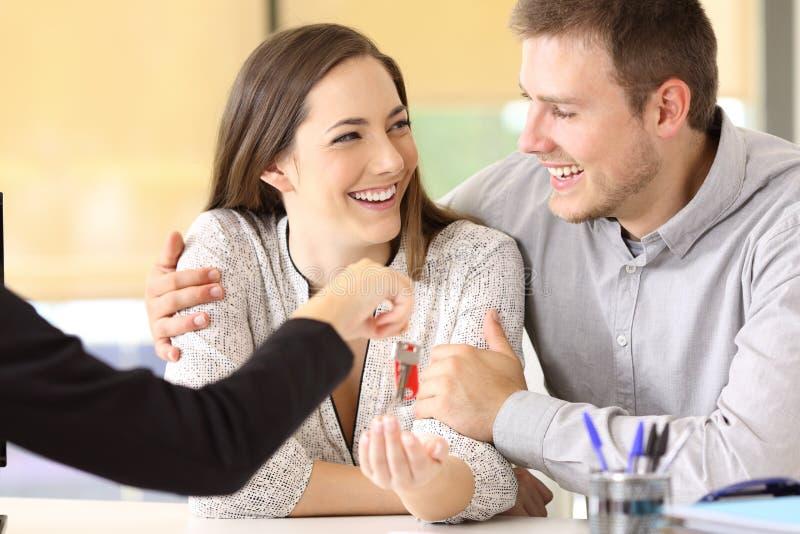 Пары получая новые домашние ключи стоковые изображения