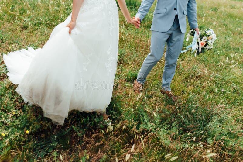 Пары празднуя свадьбу в горах стоковая фотография rf