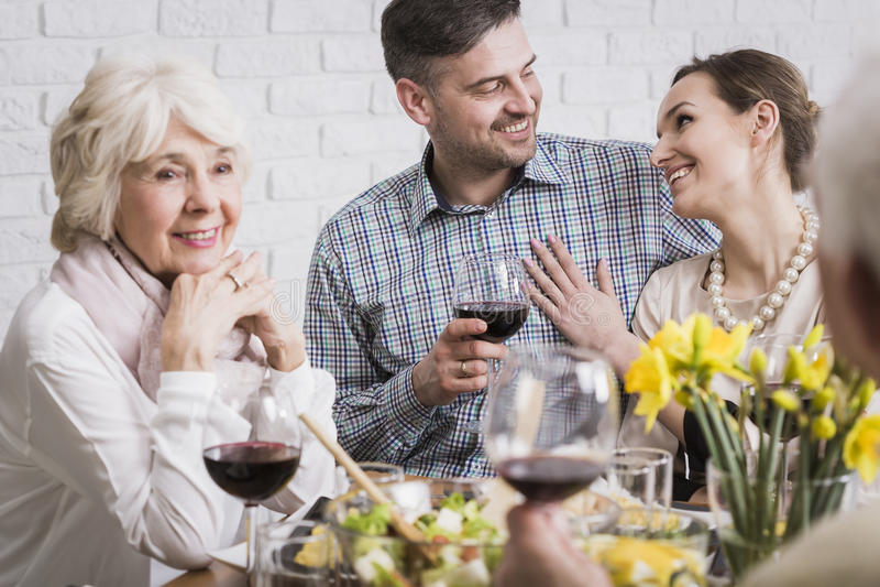 Пары празднуя годовщину с родителями стоковое изображение