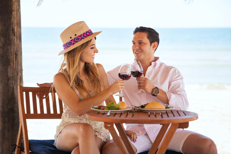 Пары празднуя их годовщину на пляже стоковое фото