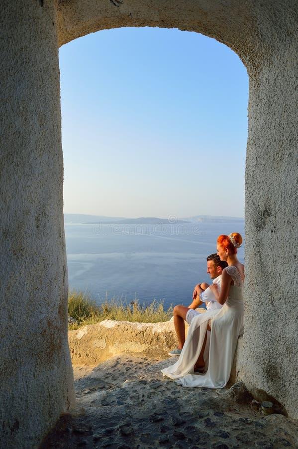 Пары представляя на острове Santorini стоковые фотографии rf