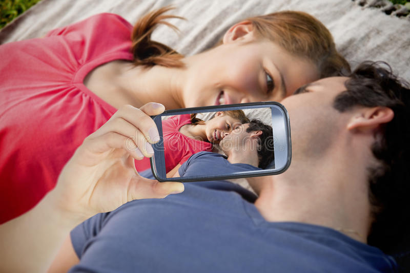 Пары принимая selfie на smartphone стоковые фотографии rf
