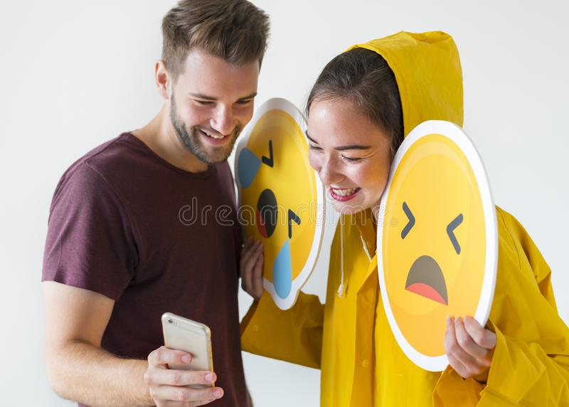 Пары принимая selfie с emojis стоковые фото