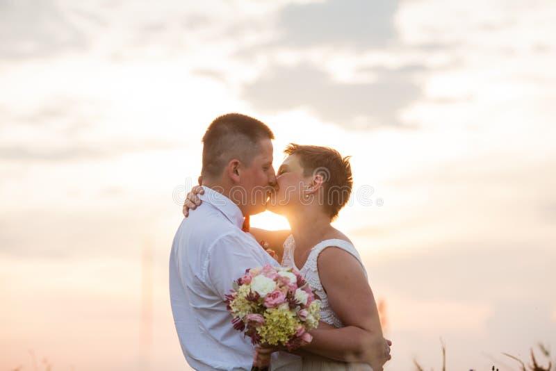 Пары природы романтичные на открытом воздухе в заходе солнца стоковое фото rf
