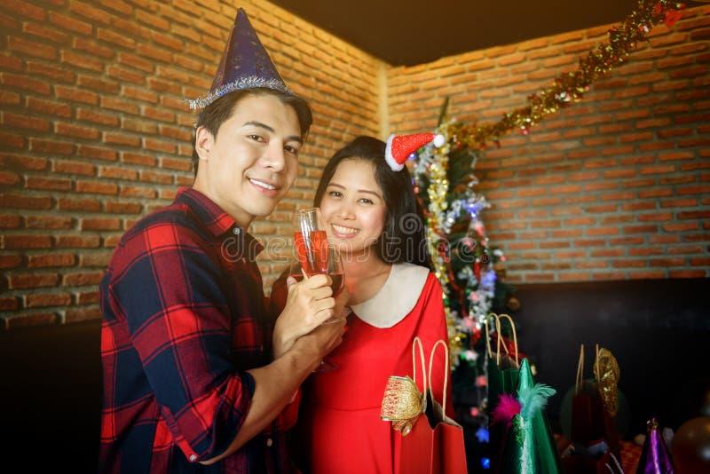 Пары провозглашать вино для рождественской вечеринки стоковые фотографии rf