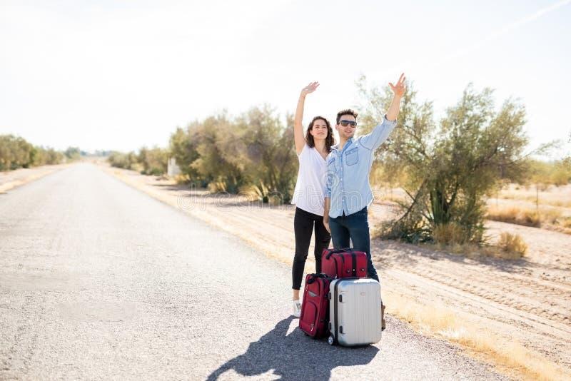 Пары путешествовать на дороге сельской местности стоковое фото