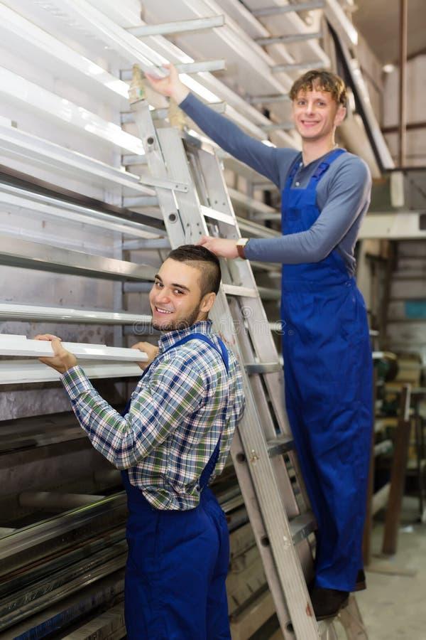 Пары работников выбирая профили окна стоковое изображение rf