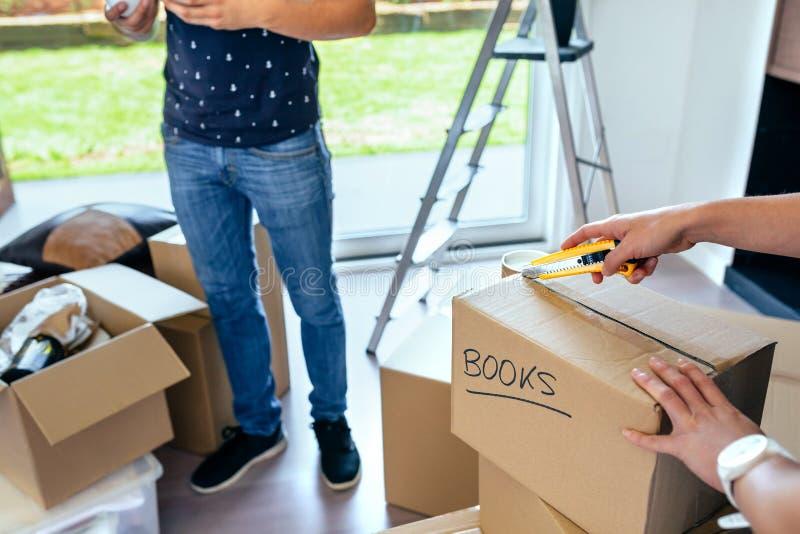 Пары распаковывая moving коробки стоковое фото rf