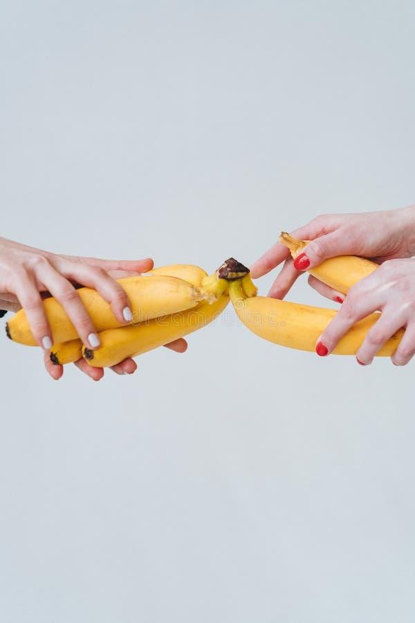 лучшие его картинки женская рука держит банан делать, если