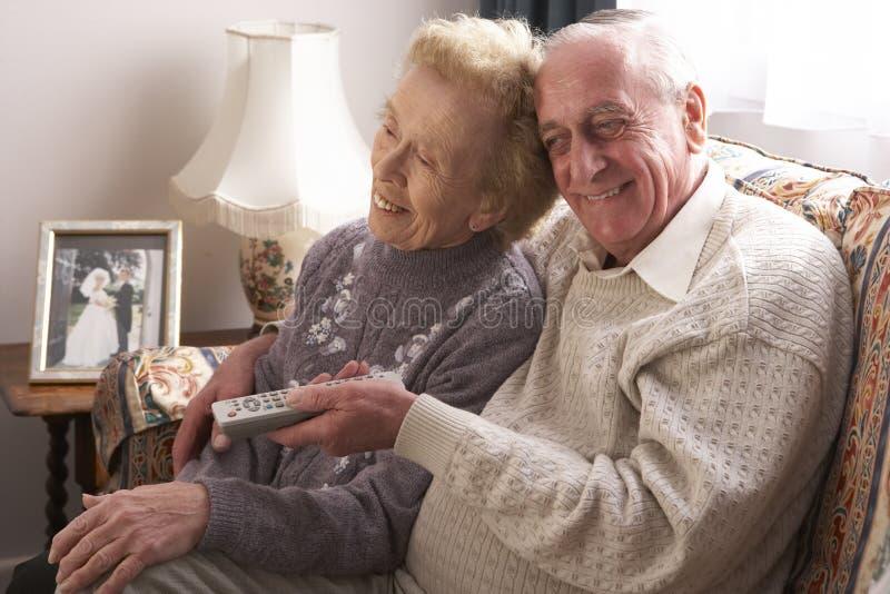 пары самонаводят старший наблюдать tv стоковое фото rf
