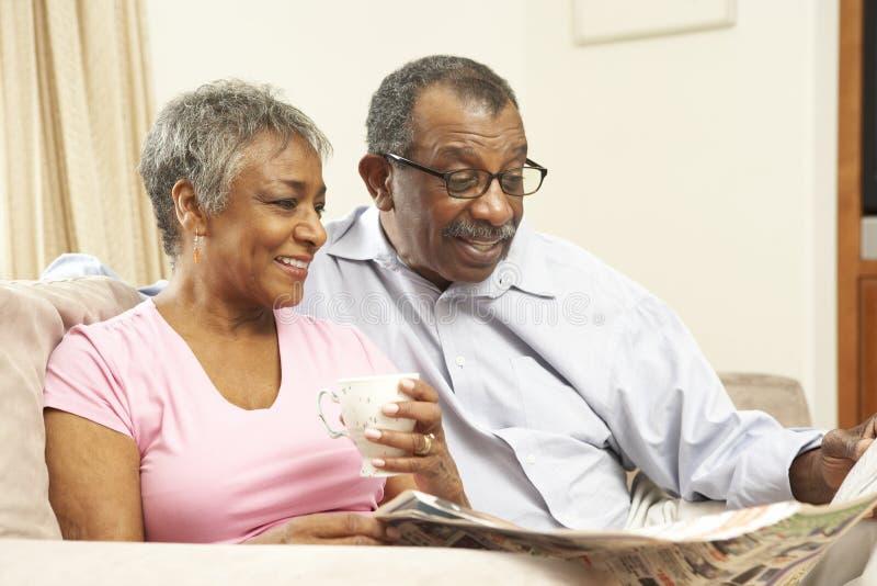 пары самонаводят старший чтения газеты стоковое изображение