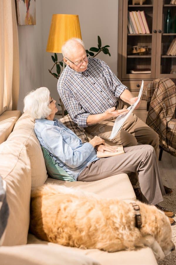 пары самонаводят старший чтения газеты стоковые фотографии rf