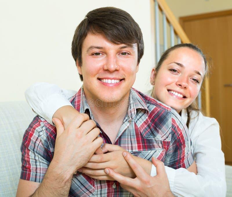 пары самонаводят обнимать стоковые фото