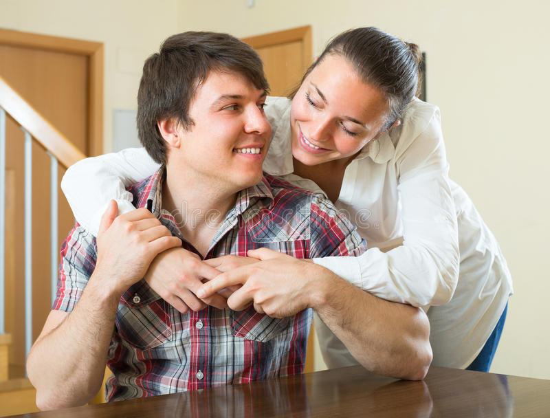 пары самонаводят обнимать стоковые фотографии rf