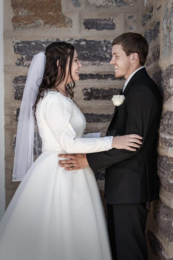 Пары свадьбы вытаращить в друг друга глаза стоковые фотографии rf