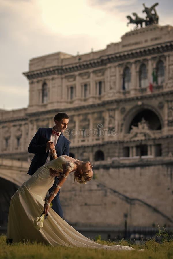 Пары свадьбы на Corte di Cassazione Италии Риме стоковое изображение rf
