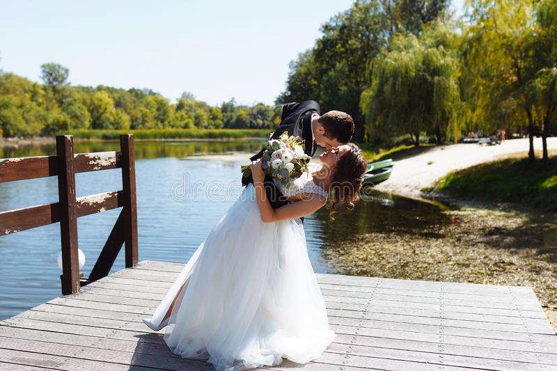 Пары свадьбы обнимая и целуя Очень красивая свадьба изумляя пар стоковые изображения rf