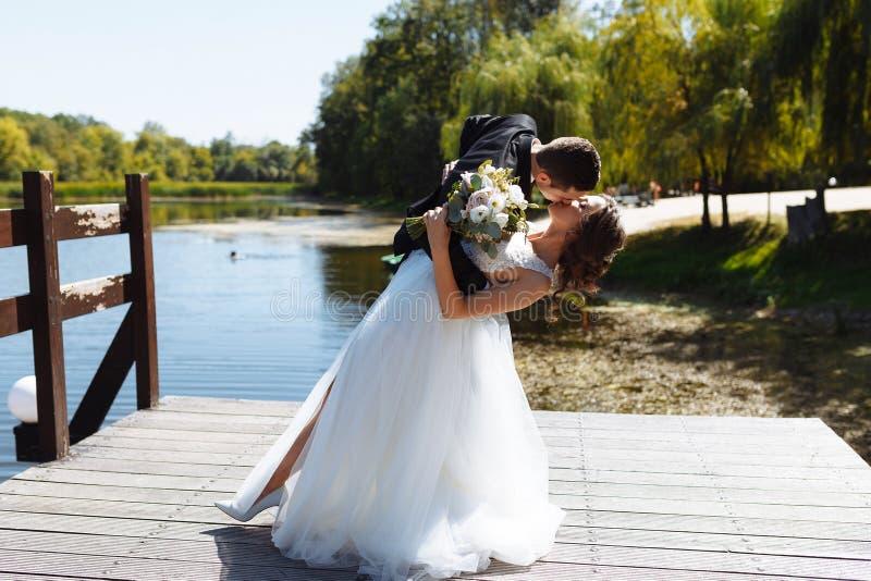 Пары свадьбы обнимая и целуя Очень красивая свадьба изумляя пар стоковое фото