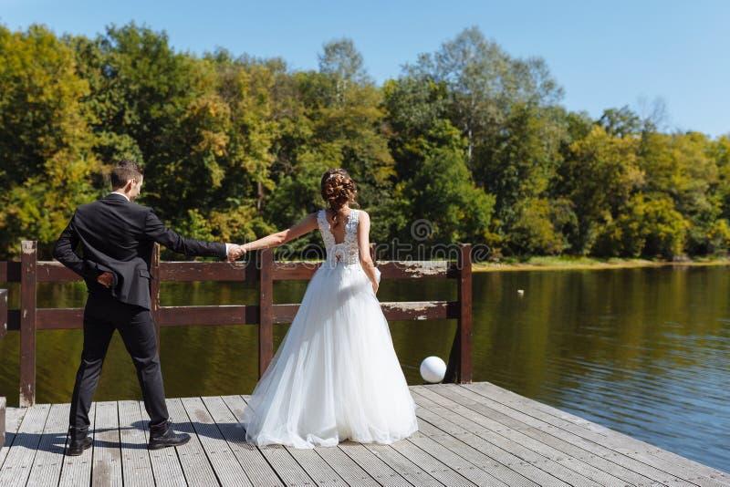 Пары свадьбы обнимая и целуя Очень красивая свадьба изумляя пар стоковая фотография