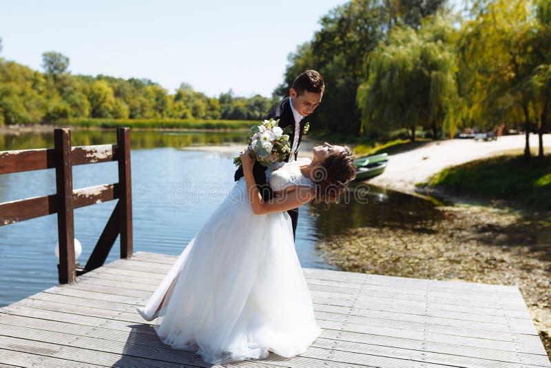 Пары свадьбы обнимая и целуя Очень красивая свадьба изумляя пар стоковая фотография rf