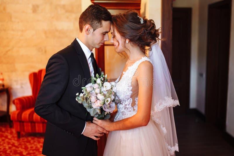 Пары свадьбы Georgeous Свадьба для 2 Милые невеста и стильные холят Первое собрание молодой стоковые изображения