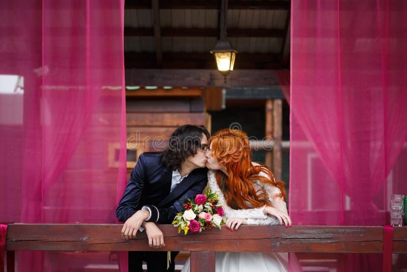 Пары свадьбы в деревенском стиле стоковые фотографии rf