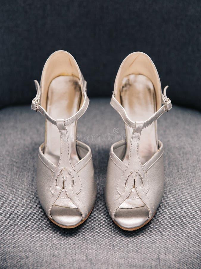 Пары серебряных женских высоких накрененных ботинок свадьбы стоковые фото