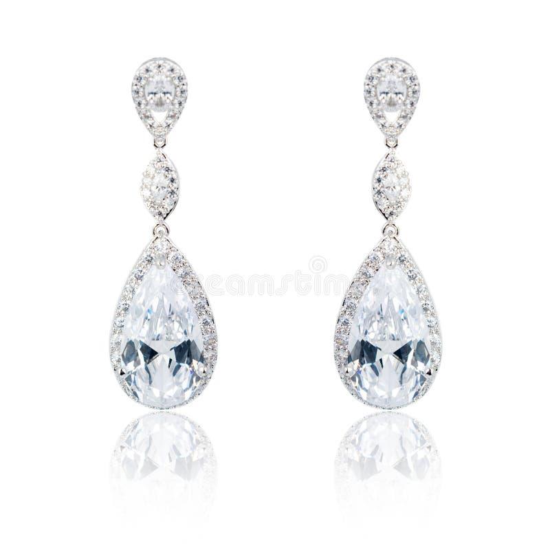 Пары серебряных серег диаманта изолированных на белизне стоковые фотографии rf