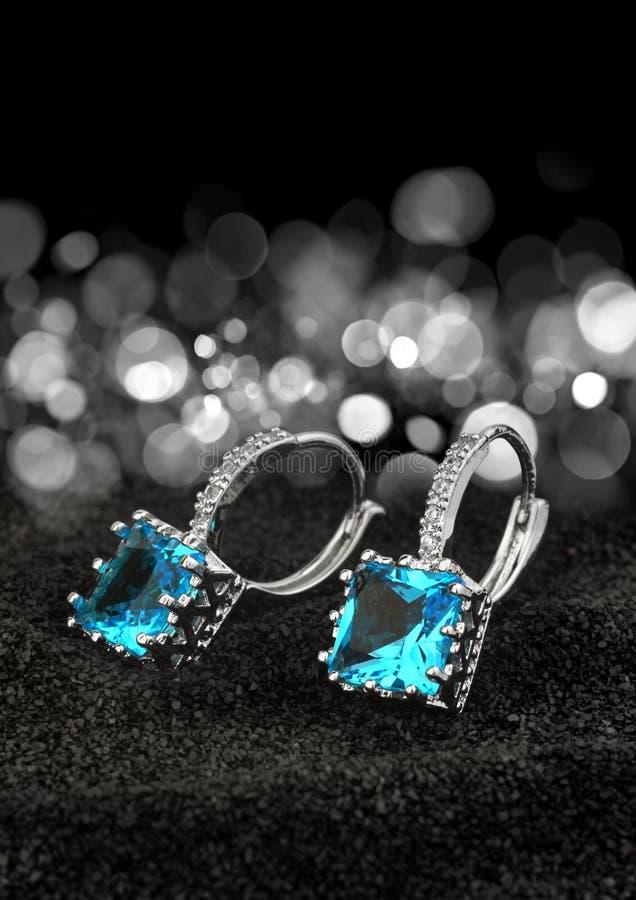 Пары серег с топазом самоцветов и диамантов на черном backgroun стоковые изображения rf