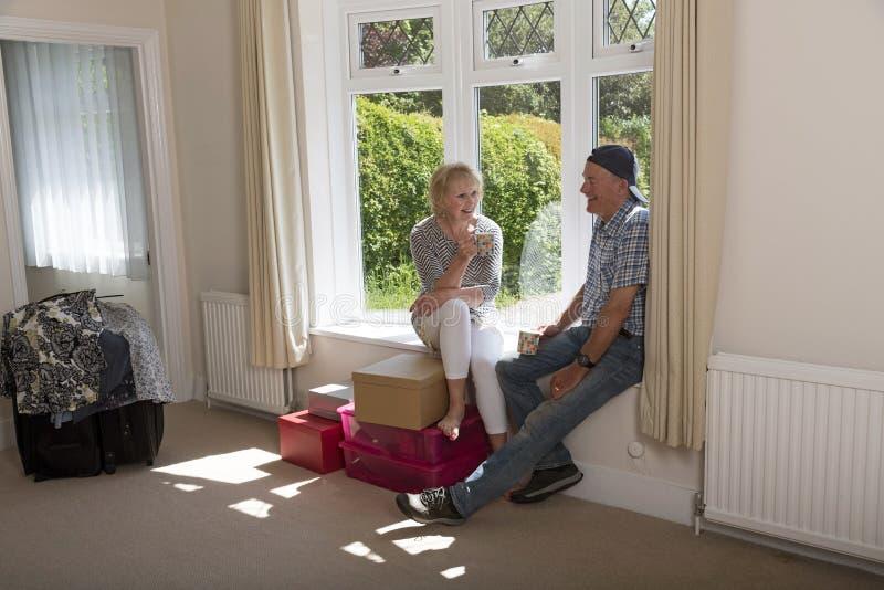 Пары сидя на сиденье у окна стоковое изображение rf